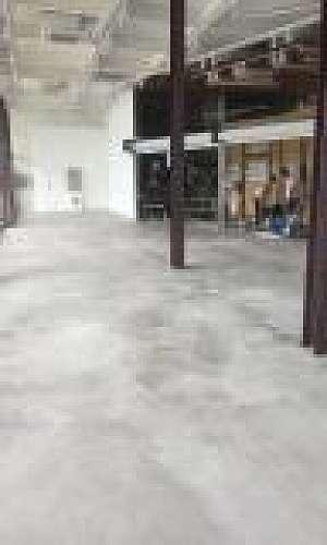 Aplicação de cimento queimado no piso